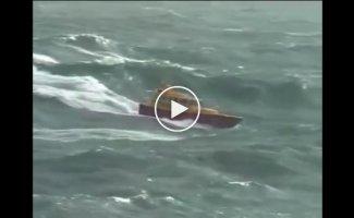 Катера во время шторма гоняют по огромным волнам