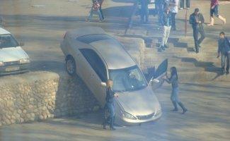 Непростые взаимоотношения девушек с автомобилями (43фото)
